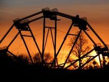 Solnedgång till och med ferrishjulet Royaltyfria Foton