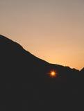 Solnedgång till och med hålet i klippan Royaltyfri Fotografi