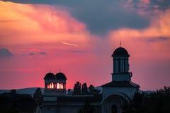 Solnedgång till och med kyrkliga kupoler royaltyfri fotografi