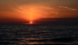 Solnedgång till och med molnen fotografering för bildbyråer