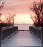 solnedgång till walkwayen Royaltyfri Foto