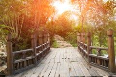Solnedgång träbron Arkivbild