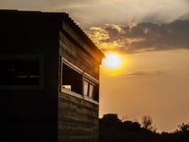 Solnedgång - trähus Royaltyfria Foton
