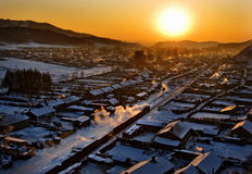 solnedgång under byar royaltyfri bild
