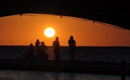 Solnedgång under en bro Arkivbild