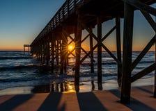 Solnedgång under en pir fotografering för bildbyråer