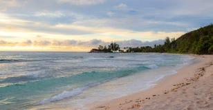 Solnedgång under havet i pastellfärgade skuggor Arkivfoto