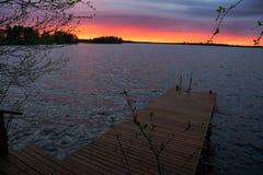 Solnedgång under sommaraftonen Lapland, Finland arkivfoton