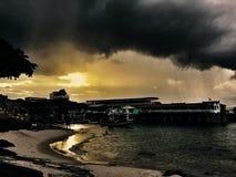 Solnedgång under stormmoln Arkivfoto