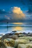 Solnedgång under stormmoln på den Dorset kusten Royaltyfri Foto