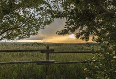 Solnedgång utöver det Pole staketet Royaltyfria Bilder