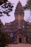 Solnedgång utanför den Bakong templet, Cambodja arkivfoton