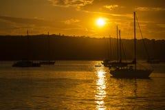 Solnedgång utanför manligt arkivfoton