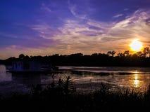 Solnedgång vid en husbåt Royaltyfri Fotografi