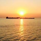 Solnedgång vid fjärden Arkivfoton