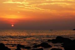 Solnedgång vid hav Arkivbild