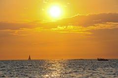 Solnedgång vid havet Arkivfoto