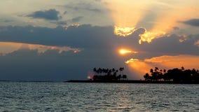 Solnedgång vid havet i den bali ön arkivfilmer