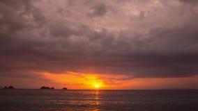 Solnedgång vid havet och ett antal små öar framme Färjabortgång på Samui, Thailand arkivfilmer