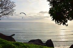Solnedgång vid kustlinjen i Lima, Peru royaltyfri foto