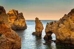 Solnedgång vid Ponta Da Piedade, Lagos, Algarve, Portug Arkivbilder