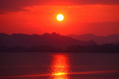 Solnedgångafton över floden Royaltyfri Fotografi