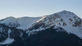 Solnedgångafton över snöig bergmaxima i den vinterfjällängTid schackningsperioden lager videofilmer