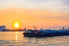 Solnedgångar över floden arkivbild