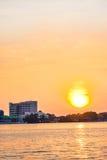Solnedgångar över floden fotografering för bildbyråer