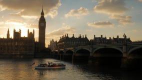 Solnedgångar bak parlamentet som fartygpasserande stock video