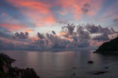 Solnedgångar och soluppgångar på Cristal skäller, Samui, Thailand fotografering för bildbyråer