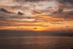 Solnedgångar och soluppgångar på Cristal skäller, Samui, Thailand royaltyfria bilder