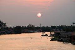 Solnedgångar på den Parkkred flodsikten från bron Fotografering för Bildbyråer