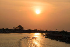 Solnedgångar på den Parkkred flodsikten från bron Arkivbild