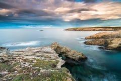 Solnedgångarna i havet av kusterna och stränderna av Galicia och Asturias Royaltyfria Bilder