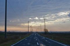 Solnedgångasfaltväg royaltyfria foton