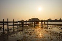 Solnedgångbakgrund och träbro fotografering för bildbyråer