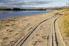 Solnedgångbelysning av höstflodbanken i Sibirien royaltyfria bilder