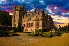 Solnedgångbild av stadshuset, nordliga Belfast - Irland Royaltyfria Bilder
