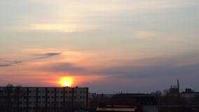 Solnedgångbrännskador med ljusa färger i himlen arkivfilmer