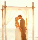 Solnedgångbröllop Arkivfoto