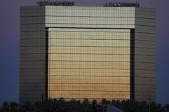 Solnedgångbyggnad av guld arkivfoton