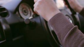 Solnedgångdrev Den unga mannen kör en bil under solen Lens signalljus, mjukt ljus arkivfilmer
