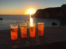 Solnedgångdrinkar med en havssikt royaltyfri bild