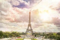 SolnedgångEiffeltorn och Paris Arkivfoto