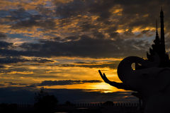 Solnedgångelefantstaty arkivbild
