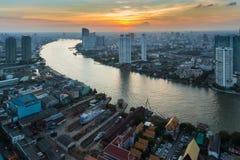 Solnedgången över Bangkok som var i stadens centrum med den huvudsakliga floden, buktade, Thailand Arkivbilder