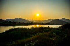 Solnedgången över bergen Arkivbild