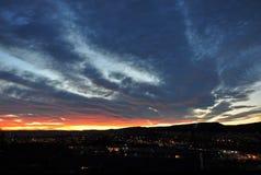 Solnedgången över de tända gatorna av Oslo Royaltyfria Foton