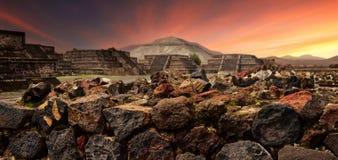 Solnedgången över det mystiskt fördärvar av den forntida Mayan staden av Teot royaltyfria bilder